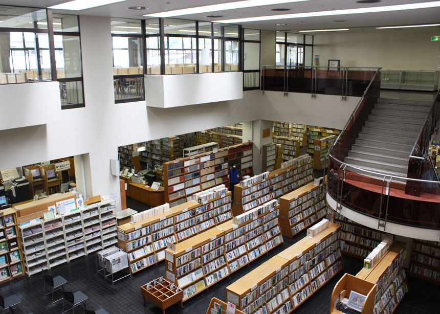 広い館内で勉強しよう